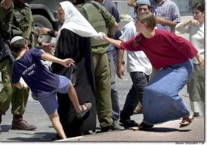 """A """"választott nép""""' felsőbbrendű kölyke palesztin asszonynak tanítja, hogy hol a helye. Mint nekünk Qrcsány. Gumibot és rúgás! Mert mi is csak az erőszakot értjük meg, mint a palesztinok. Az erőszak tanulását korán kell kezdeni, hogy méltó utánpótlásuk legyen a Rafael Eitanoknak."""