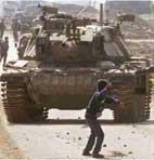 Palesztin gyerek harcol az izraeli tank ellen