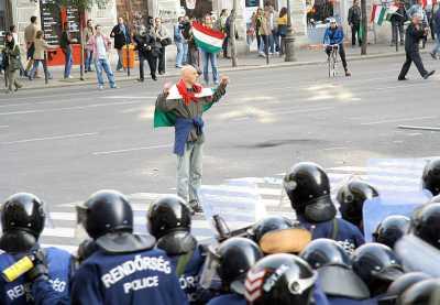 """Göbl György egymaga """"láthatóan támadóan"""" lép fel a megfélemlített, elanyátlanodott, jószándékú, az emberarcú gyurcsány-rezsim hatalmát védő rendőri egységekkel szemben"""