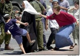 Így nevelik a zsidó kínvallató utánpótlást: kis kazár hős palesztin asszonyt rugdal,  de Glatz Ferenc ettől nem kap hányingert. Neki ez természetes.