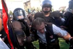 """""""Bátor"""" rendőrök vegzálják az ellenállást nem tanúsító gárdistát az Erzsébet téren 2009. július 4-én"""