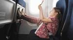 kislány a repülőn