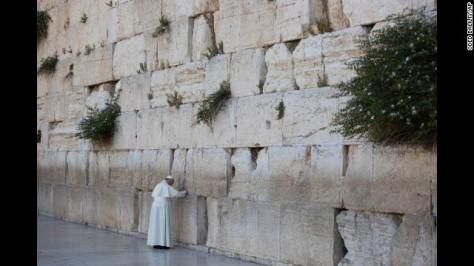 Ferenc pápa érinti a falat, amely elválasztja Izraelt a Ciszjordániától, útja során szentmisét celebrált a Manger téren, a betlehemi Születés Templom mellett