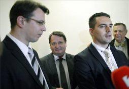 Vona Gábor, a Jobbik elnöke nyilatkozik a sajtó munkatársainak, mellette Mirkóczki Ádám, az Országgyűlés nemzetbiztonsági bizottságának jobbikos tagja, középen Kovács Béla