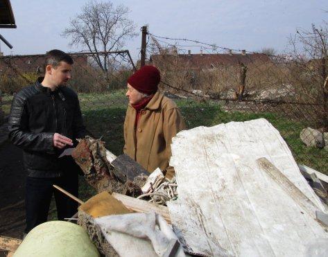 A Jobbik kitakarította a 77 éves hölgy udvarát