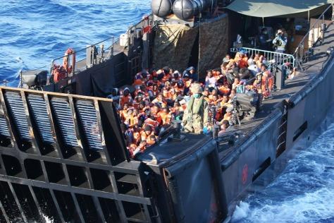 Menekültek a Földközi-tengeren Forrás: MTI/EPA/MOD/Carl Osmond