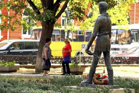 Ungvár, 2015. augusztus 20. Petõfi Sándor megrongált szobra a költõ nevét viselõ téren Ungvár központjában 2015. augusztus 20-án. Ismeretlen elkövetõk letörték a szoboralak kardját. MTI Fotó: Nemes János
