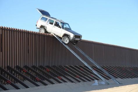 10. Szaud-Arábia-i projekt előkészítő: Arizonában teszt céljából felépített 2 új kerítés 1,6 milliárd dollárba került. A menekültek találékonyak: a kép beillene terepjáró reklámnak is!, Szaúd-Arábia kerítésre további 20 milliárd dollárt áldoz, hogy megóvják jólétüket a muzulmán testvérek menekült tömegei elöl! (Forrás: http://www.industrytap.com/saudi-arabia-spending-20-billion-to-secure-1500-miles-of-its-border/7963 )