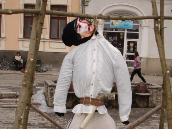 avramiancu_spanzurat_de_unguri