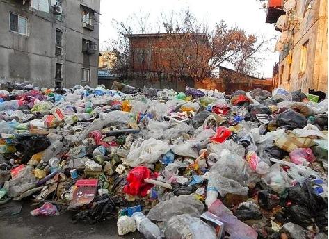 Ennél jobban is le fogják az oroszok rombolni Bukarestet. Ez jelenlegi állapot a Ferentari lakó-negyedben.