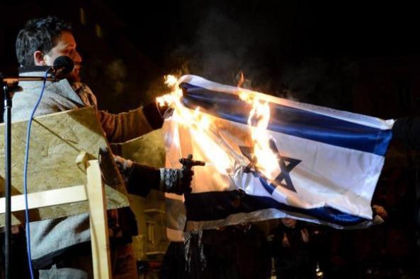 Gázlámpával még az izraeli zászló is ég!
