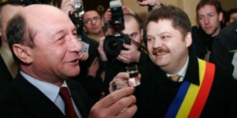 Szász Jenö Basescu román államelnökkel koccint