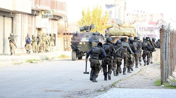 A török harci egységek kurd városokat terrorizálnak