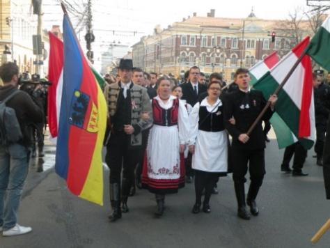 """Erdély zászlaja és a magyar zászló együtt a románoknak egyet jelent: """"Ezek újra egyesülni akarnak!"""""""