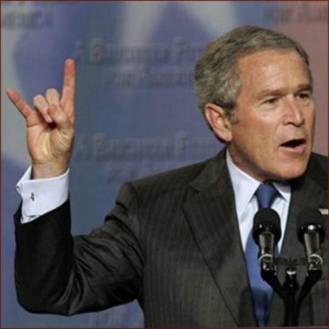 George W. Bush sátánista elindította a terrorizmus elleni háborút, melynek keretében számtalan terrorista szervezeteket alapítanak, illetve a meglévőket masszívan támogatni kezdik.