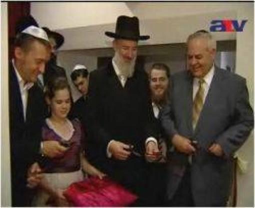 """Jona Metzger izraeli főrabbit Orbántól Rogánon keresztül a kormány hivatal kiskutyájáig mindenki farkcsóválva fogadta. Azóta Metzger rabbi Izraelben börtönben ül sokmillió eurónak megfelelő összeg sikkasztásáért. A """"magyar"""" kormány 60%-a zsidó származású, Persze, hogy kijár neki a hajbókolás, körbelihegés Judapesten!"""