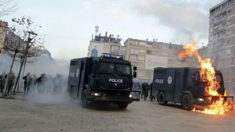 kosovopristina-demo-ego-tuzoltoauto