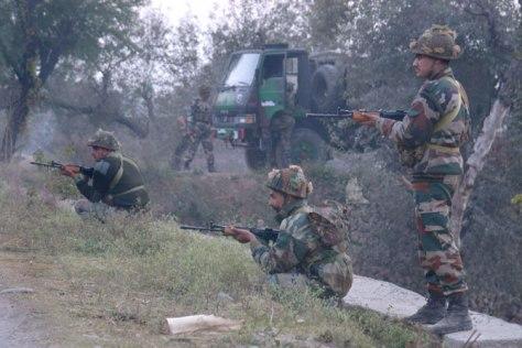 Állást foglalnak el az indiai katonák a Pathankot légibázist ért támadás során.