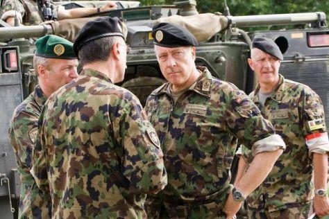 A svájci hadsereg főparancsnoka: André Blattmann (középen)