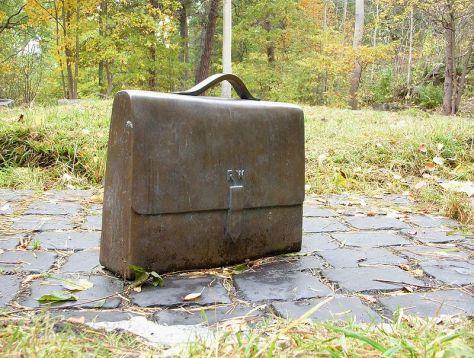 A táska, amiben Wallenberg Raoul az aranyat csempészte. A kockakövek Budapestről származnak.
