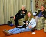 A szép új világ, szép új Clinton család modellje! Családi tv-nézés a Fehér Házban. Chelsea, a kakukkfióka, a Bill lába között a padlón még eredeti faji jellegekkel!