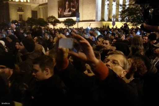 Demszky Gábor a netadó-ellenes tüntetésen. Természetesen a zsido PT több prominens tagja is jelen volt az amerikai nagykövettel együtt.