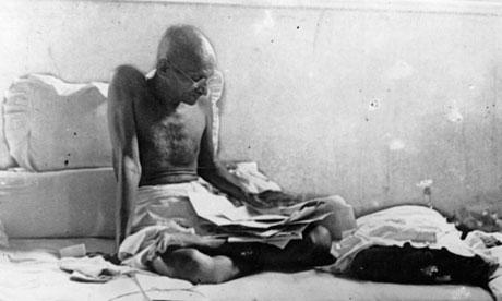 Ghandi a leveleit olvassa.