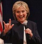 Hillary Clinton a sátánisták jelét mutatja
