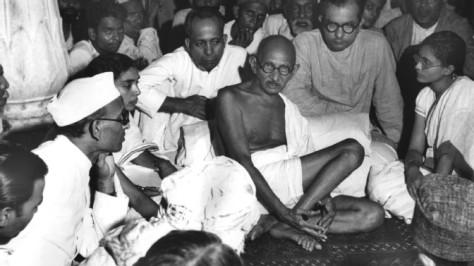 Mahatma Gandhi néhány követőjével
