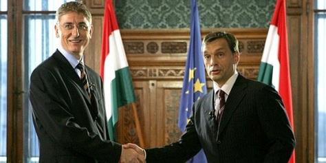 Orbán Viktor fülkeforradalmár régi KISZ-haverjával, a zsidó PT másik prominens tagjával, Gyurcsány Ferenc ex-miniszterelnökkel. Kérdésünk: Mióta nacionalista egy magyar anyanyelvű zsidó, aki magát az asszimilációval álcázza?