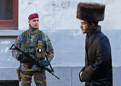 Belga katona: meg se fordul a fejében, hogy egy terrorista muzulmán álcázza magát zsidónak. Ugy eltatotta a szajat, hogy a fegyver mindjárt kiesik a kezéből.