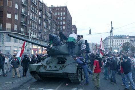 A tüntetök meg jöttek! Felkészültek, de nem eléggé. Elfogyott az üzemanyag!!!