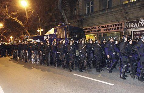 A tüntetők fogadására felkészült rendőrsereg: Jöhetnek, itt vagyunk és megvédjük a nemzetrontó kormányt!