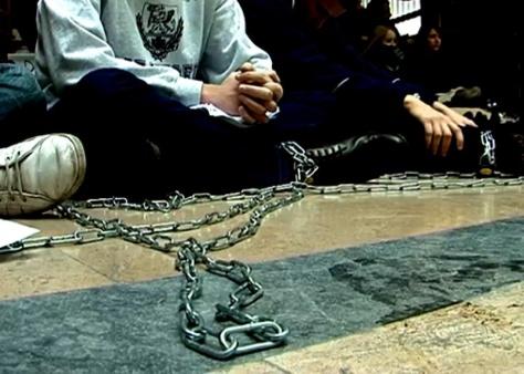 Ülősztrájk láncokban