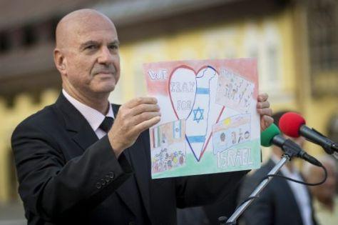 Debrecen, 2014. augusztus 11. Ilan Mor, Izrael budapesti nagykövete egy kislány rajzát mutatja a Békét a világnak, békét Izraelnek! címû demonstráción a debreceni Kossuth téren 2014. augusztus 11-én. MTI Fotó: Czeglédi Zsolt