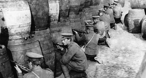 ír felkelés: az angol reguláris hadsereg hordok mögül tüzel a felkelökre.