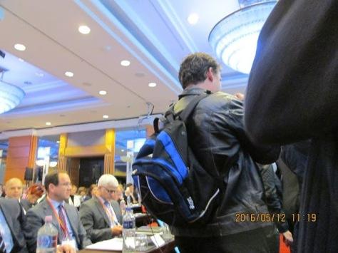 Néhány sárgapólós nyakkendővel, fehér inggel és zakóval álcázta magát, és bejutott a bankárkonferenciára