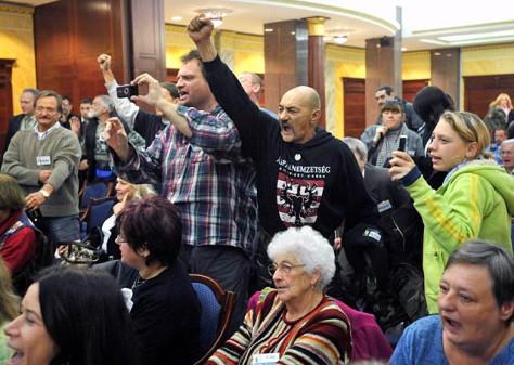 Budaházy György perének ítélethirdetésén: Tiltakozók