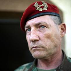 Esze Tamás volt idegenlégiós, a Véderő parancsnoka. Az MTI hamarabb tudta, hogy öngyilkos lett, mint ahogy azt a rendőrség megállapította volna.