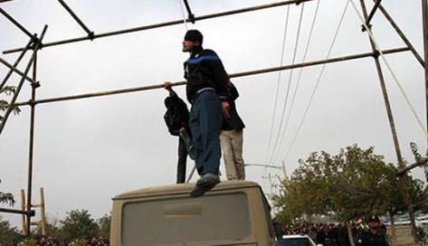 Homoszexuálisok és transzvesztiták nyilvános kivégzése Iránban.