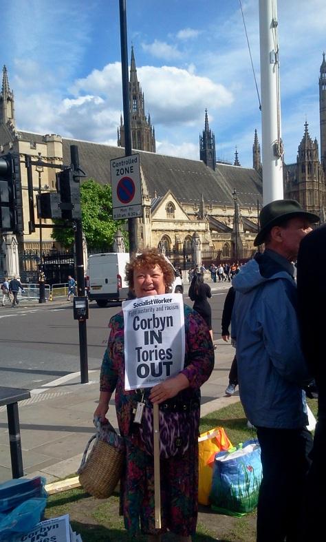 Labour Párt aktivistája a Westminster Téren. Most építik fel a standot. Fotó Transyadmin, 2016 június 27, London