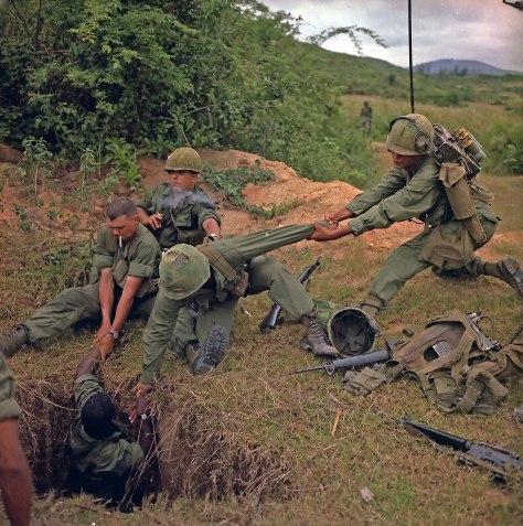 Az alagút-patkányok éles bevetésen_egy amerikai katonát bajtársai leeresztenek egy vietkong alagútba 1967