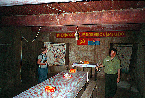Föld alatti parancsnoki harcálláspont a Củ Chi-alagútrendszerben