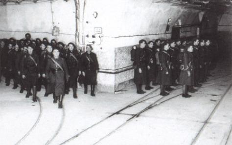 Francia katonák a Maginot-vonal egyik erődítményének közlekedőfolyosóján