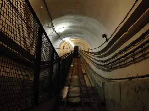 Meredeken emelkedő folyosó az elzászi Four à Chaux erődben