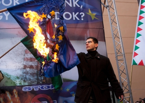novakelod.eu-zaszlot-meggyujtja