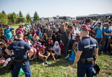 Beremend, 2015. szeptember 18. Migránsok a rendőrsorfallal szemben a magyar-horvát határon Beremendnél 2015. szeptember 18-án. MTI Fotó: Mohai Balázs