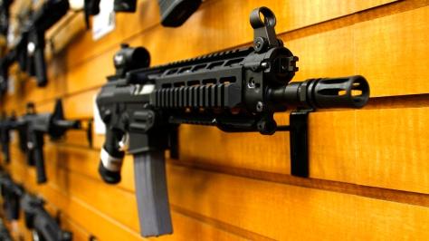 Svájci fegyverüzletben fegyvertartási engedéllyel eladható fegyverek