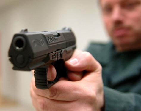 Egy biztonságos marokfegyver: Walter P99, 9mm para munícióval.