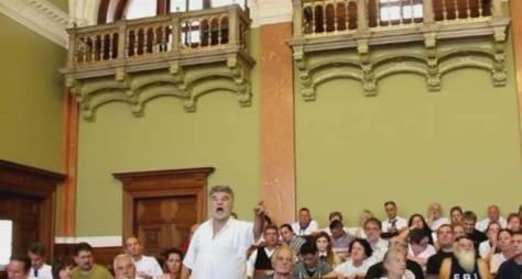 Dr. Bene Gábor jogász, a Budaházy per ítélethirdetésén ráolvassa az igazságot az ügyészre, ezzel megalázva az ügyészt, de a bíróságot is.